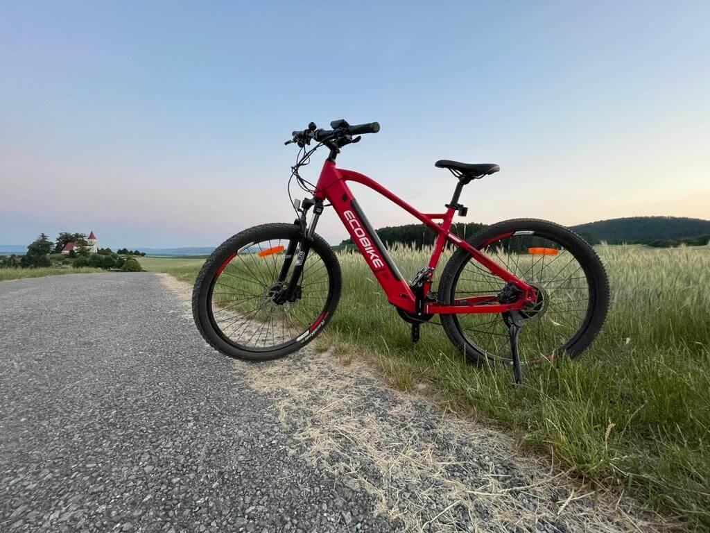 Horsky elektricky bicykel pre aktívneho milovníka života .
